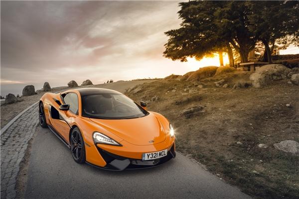 McLaren 570S tăng tốc từ 0 - 100 km/h chỉ trong 3,2 giây. (Ảnh: internet)