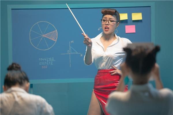 Thủy Top hóa cô giáo gợi cảm, xinh đẹp khiến học trò chao đảo