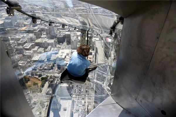 Bạn sẽ trượt xuống 70 tầng của tòa tháp ngân hàng trên tấmkínhdày 3,2 m.