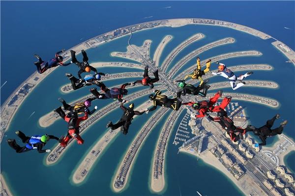 Nhảy dù là cách tuyệt vời nhất để chiêm ngưỡng đường chân trời ấn tượng ở Dubai.