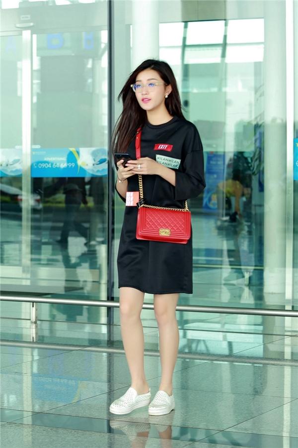Chiều qua (3/11), Huyền My được mẹ tháp tùng ra sân bay để sang Malaysia tham gia trình diễn cho bộ sưu tập của nhà thiết kế Anh Thư. Tại Việt Nam, Anh Thư cũng chính là người thường thực hiện trang phục cho Á hậu Việt Nam 2014 tham gia các sự kiện nên cả 2 có mối quan hệ vô cùng thân thiết.