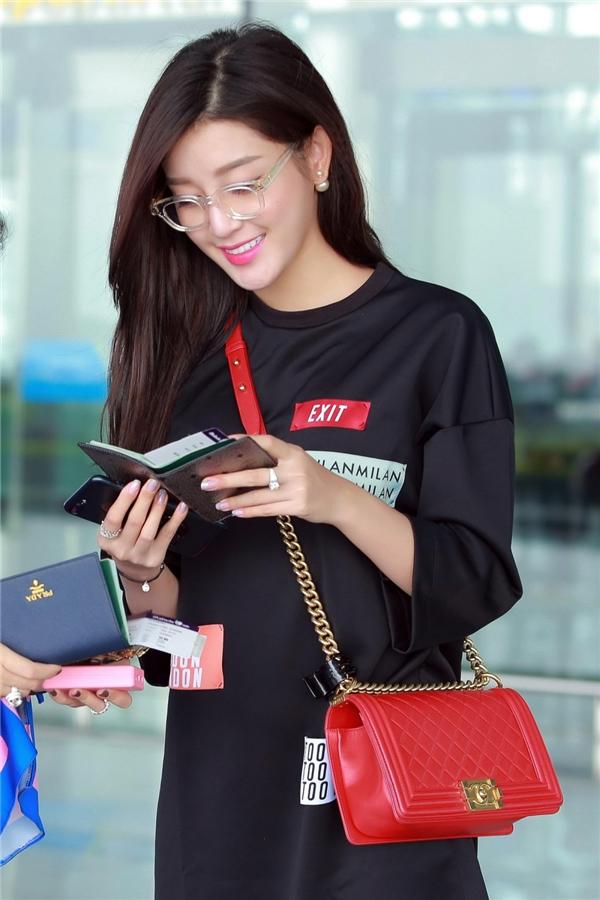 Tại sân bay, Huyền My diện trang phục oversized thời thượng kết hợp chiếc túi đeo chéo màu đỏ nổi bật của Chanel.