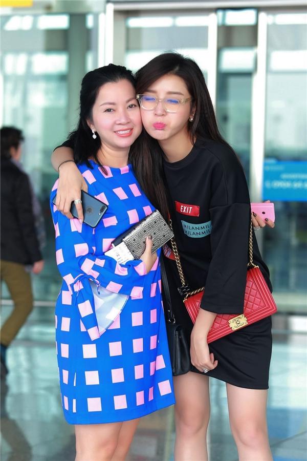 Á hậu Huyền My được mẹ tháp tùng ra sân bay đi lưu diễn