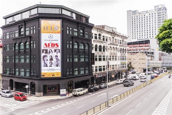 Hình ảnh của Huyền My và nhà thiết kế Anh Thư được bố trí trang trọng ở nơi trình diễn tại Malaysia.