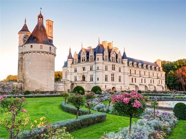 Lâu đài Chenonceau mang quốc tịch Pháp.