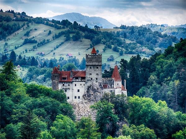 Lâu đài Bran nằm trên đỉnh đồi Transylvania, thuộc Romania.