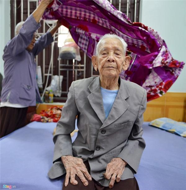 Dù tuổi đã cao hơn một thế kỷ nhưng hàng ngày cụ Nguyễn Đình Phương (sinh năm 1912, trú tại thôn Bàng, xã Mão Điền, huyện Thuận Thành, Bắc Ninh) vẫn khỏe mạnh. Hiện cụ sống cùng cô con gái út là bà Nguyễn Thị Thiện trong căn nhà khang trang ngay cạnh trụ sở UBND xã Mão Điền. Cụ Phương có 6 con, người lớn nhất đã 82 tuổi.