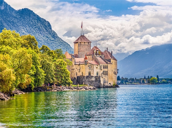 Lâu đài Chillon nằm trên bờ hồ Geneva, Thụy Sĩ.