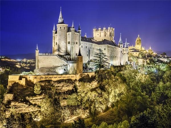 Lâu đài Segovia thuộc đất nước Tây Ban Nha.
