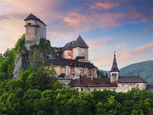Lâu đài Orava, Slovakia được xây dựng vào năm 1200.
