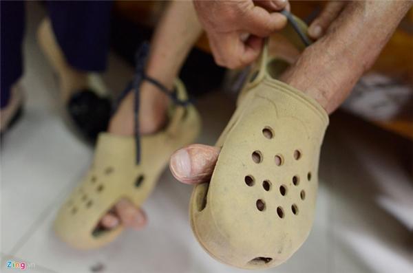 Thời trẻ cụ Phương chủ yếu đi chân đất. Con cháu đã cất công đi nhiều nơi hỏi mua giày cho cụ nhưng không đâu có loại vừa đôi chân kỳ lạ này. Cách đây vài năm, con trai cụ sang Singapore du lịch tìm mua được một đôi giày ngoại cỡ về biếu bố. Tuy nhiên, để đi vừa chân cụ vẫn phải dùng kéo đục lỗ to hai bên thành dép cho ngón cái thò ra.
