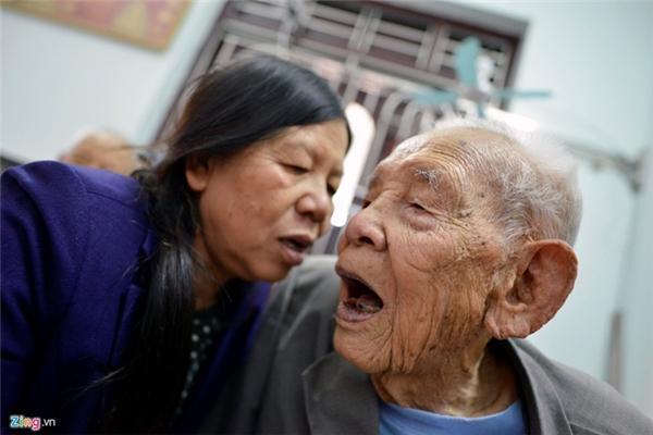 """Người con gái út, bà Nguyễn Thị Thiện, tâm sự: """"Không biết bố tôi có phải là người gốc Giao Chỉ hay không nhưng bà nội là người sinh ra bố tôi cũng có bàn chân người Giao Chỉ. Em của bà nội tôi cũng có bàn chân như thế. Tuy nhiên, đến đời chúng tôi thì không ai như vậy""""."""
