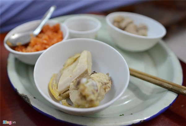 Món ăn ưa thích bao nhiêu năm của cụ ông là cơm nếp, thịt gà. Hơn nữa, cụ Phương thích uống nước nóng. Dù nước sôi sùng sục rót ra cốc, bỏng giãy, cụ vẫn đưa lên miệng uống luôn được.