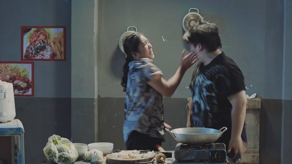 Trong phim ngắn, Nguyễn Đình Vũ vào vaiÚ Ca, một anh chàng có thân hình mập mạp, vì muốn kiếm tiền cho bạn gái mình đi sửa sắc đẹp nên đã kiếm rất nhiều tiền bằng cách cho người ta đánh xảstrees để đổi lấy tiền.