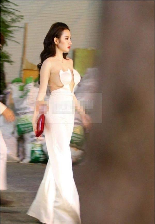 Bộ váy trắng này chắc chắn Angela Phương Trinh không hề muốn nhìn lại vì khiến cô trông kém duyên.