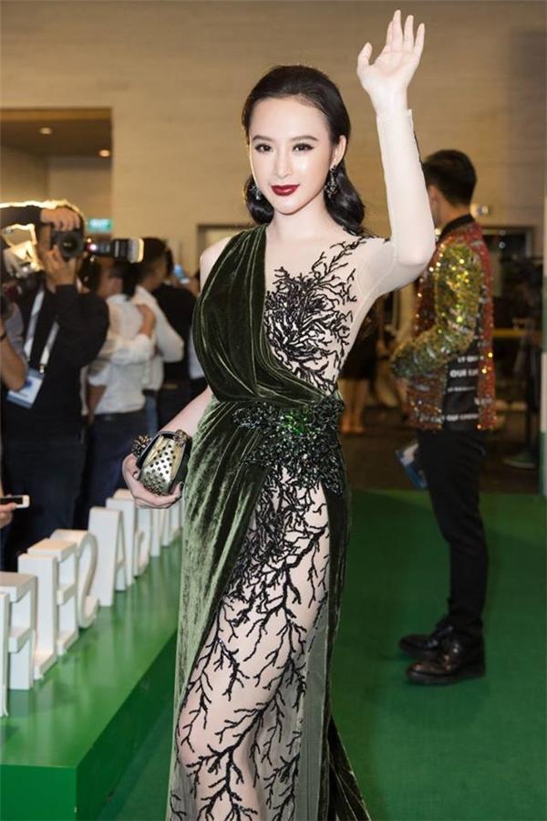 Một bộ cánh hở bạo với chất liệu xuyên thấu nhưng vẫn tinh tế, đẹp mắt của nữ diễn viên trên thảm đỏ.