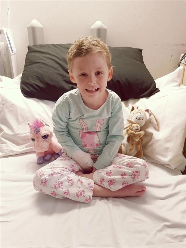 Thời gian nằm viện của cô bé còn nhiều hơn tại nhà.