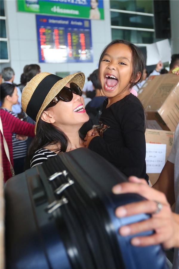 Việt Hương hạnh phúc khi gặp lại bé Elyza tại sân bay. Chị ôm chầm và hôn lấy hôn để con gái như một cách chị thể hiện nỗi nhớ thương của mình thời gian qua. - Tin sao Viet - Tin tuc sao Viet - Scandal sao Viet - Tin tuc cua Sao - Tin cua Sao