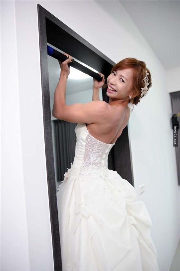 Côquyết định thực hiện bộ ảnh cưới ở phòng tập gymnhư một cách cho tất cả mọi người cùng biết họđã bên nhau vui vẻ, cùng nhau thỏa mãn niềm đam mê như thế nào.