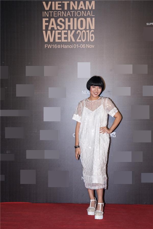 NTK Devon Nguyễn rạng rỡ váy trang phục váy ren trắng cùng tông trang điểm màu trầm.