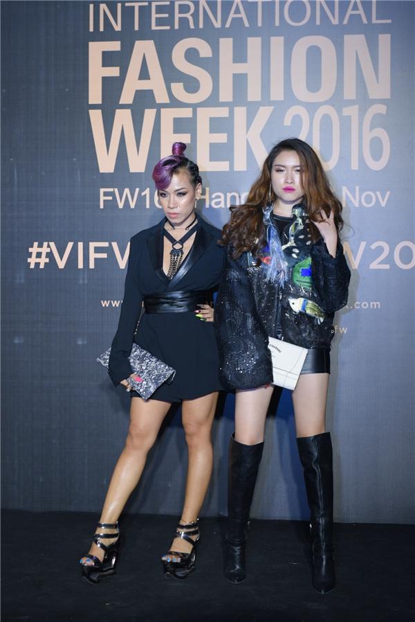 Ngoài ra, thảm đỏ đêm thứ 2 của VIFW 2016 cũng có sự góp mặt của hàng trăm tín đồ thời trang trên cả nước.