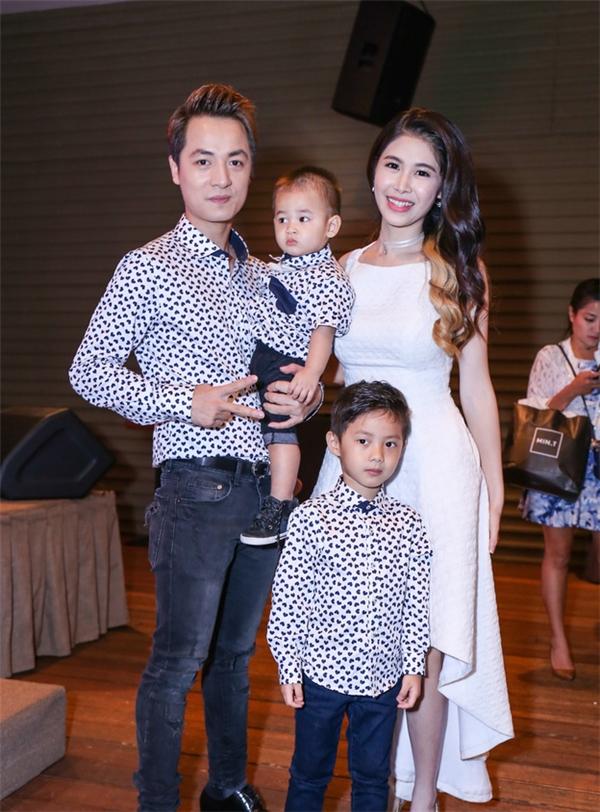 Đây cũng là lần đầu tiên Đăng Khôi cùngvợ và hai con trai xuất hiện trên truyền hình dài tập. - Tin sao Viet - Tin tuc sao Viet - Scandal sao Viet - Tin tuc cua Sao - Tin cua Sao
