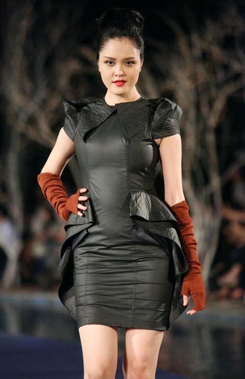 Á hậu Hoàng Anh luôn trong trạng thái cơ thể đầy đặn quá mức. Đặc biệt, khi diện những dáng váy ôm thì người đẹp Hà thành lại càng lộ rõ khuyết điểm của cơ thể.