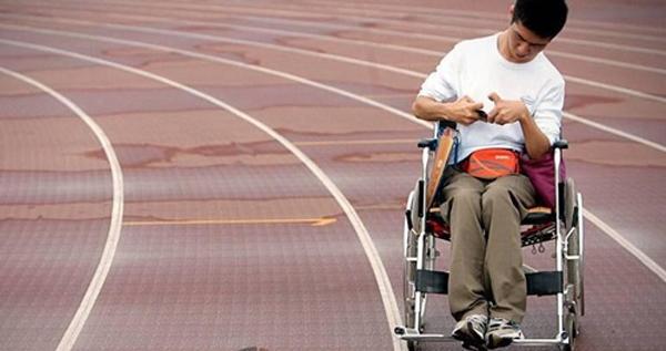 Ảnh hưởng của căn bệnh bại não khiến việc đi lại củaThiên Trì gặp nhiều khó khăn.