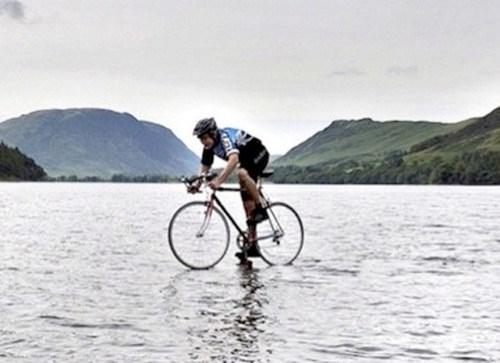 Chàng sinh viên Matt Whitehurst ở Anh đã sử dụng bức ảnh đạp xe trên mặt nước của mình để thu hút sự chú ý cho tổ chức từ thiện của mình.