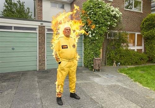 Rocky Taylor - nam diễn viên đóng thế nước Anh đã tái diễn lại hành động đốt cháy mình trong bộ phim Death Wish 3 nhằm thuyết phục mọi người để lại trong di chúc một món quà cho các tổ chức từ thiện.