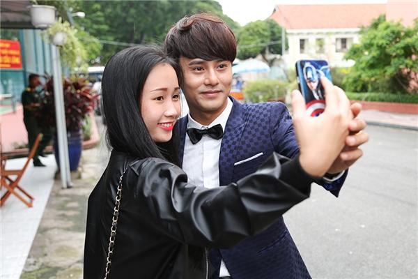 Nhiều fan đã đến tham dự buổi ghi hình đầu tiên Sing my song để theo dõi và cổ vũ cho anh.