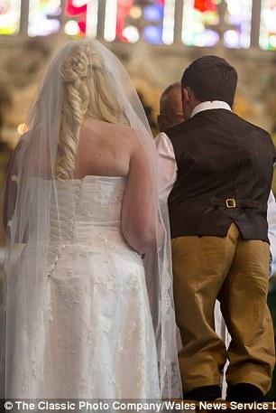 Trước sự chứng kiến của người thân và bạn bè, cặp đôi đặc biệt này đã có một hôn lễ ngọt ngào.