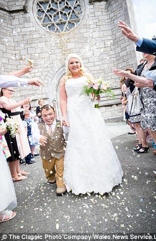 Hôn lễ đặc biệt của bạch tuyết 1,7m và chú lùn 1,1m