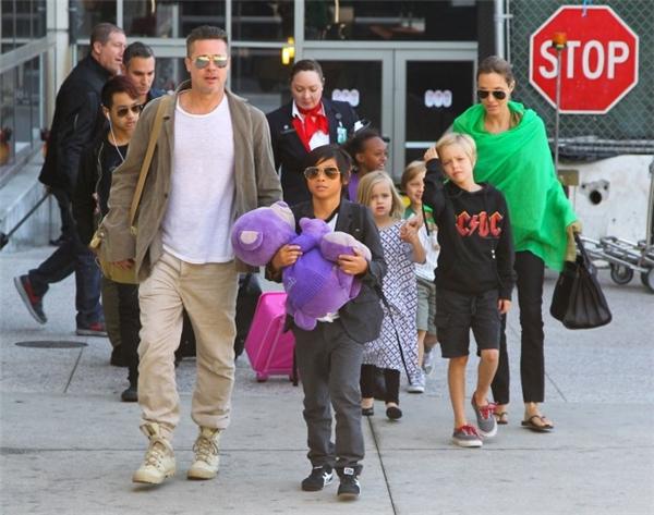 Hiện tạiBrad Pitt đã nộp đơn lên tòa án với nguyện vọng muốn được cùng chăm sóc cả 6 con với Angie.