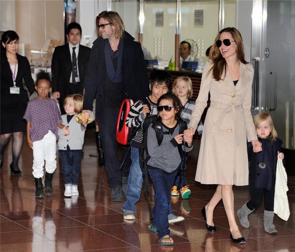 Hy vọng cặp đôi vàng một thời của Hollywood biết cách dàn xếp để cuộc ly hôn lùm xùm này không làm ảnh hưởng đến tâm lý của 6 đứa trẻ.