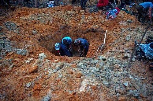 """Dân làng đổi đời sau một đêm khi tình cờ đào được """"kho báu"""""""