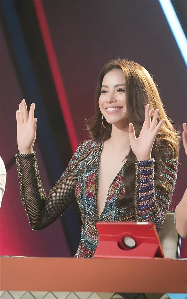Trong chương trình, ngoài những lời nhận xét tích cực sau mỗi tiết mục của top 4 chung cuộc, Hoa hậu hoàn vũ Việt Nam 2015 cũng tranh thủ chia sẻ bí quyết giữ dáng cho các thí sinh.