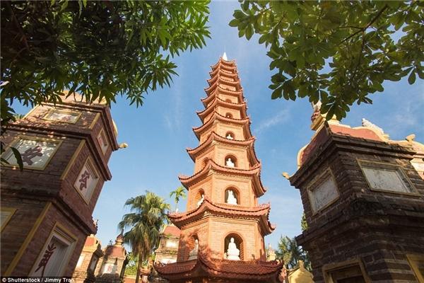 Nằm trên hòn đảo phía đông Hồ Tây, kiến trúc của chùa Trấn Quốc là sự kết hợp hài hòa giữa quan cảnh thanh nhã tĩnh lặng của hồ nước và sự uy nghiêm cổ kính.