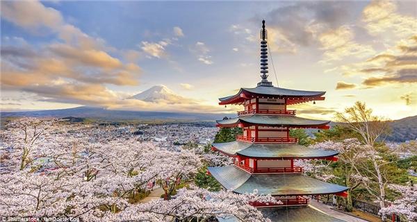 Chùa Chureito, Fujiyoshida, Nhật Bản xây dựng vào ngày 12/8/1958 để tưởng nhớ 960 công dân của thành phố thiệt mạng trong các cuộc chiến sau năm 1868.