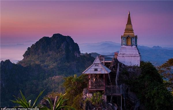 Ngôi chùa tại Lampang, Thái Lan đẹp mộc mạc giản dị được bao quanh bởi phong cảnh núi non hùng vĩ.