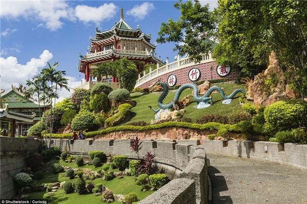 Ngôi đền Đạo giáo ở Cebu, Philippines mở cửa cho mọi người đến cầu may và tìm câu trả lời cho những quyết định trong cuộc đời.