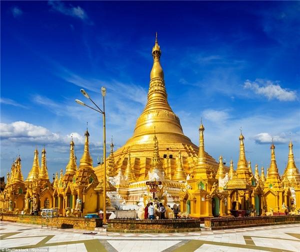 Chùa Shwedagon Paya ở Yangon, Myanmar được coi là kiệt tác kiến trúc với thân và ngọn tháp dát vàng ròng, đỉnh tháp nạm khoảng 5000 viên kim cương và hồng ngọc.