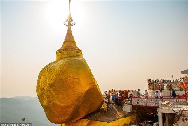 Chùa Kyaiktiyo, Mon State, Myanmar là điểm hành hương nổi tiếng được xây dựng trên một tảng đá granite và phủ bằng những miếng vàng lá do các tín đồ cung tiến.