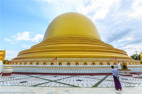 Chùa Kaunghmudaw, Sagaing, Myanmar có mái từng được sơn màu trắng biểu trưng cho sự tinh khiết, nhưng nay đã đượcmạ vàng. Chùado vua Thalun và con trai xây dựng năm 1636.