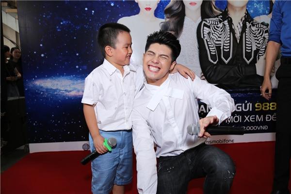 Nam ca sĩ cười tít mắt khi được cậu bé tặng một nụ hôn lên má. - Tin sao Viet - Tin tuc sao Viet - Scandal sao Viet - Tin tuc cua Sao - Tin cua Sao