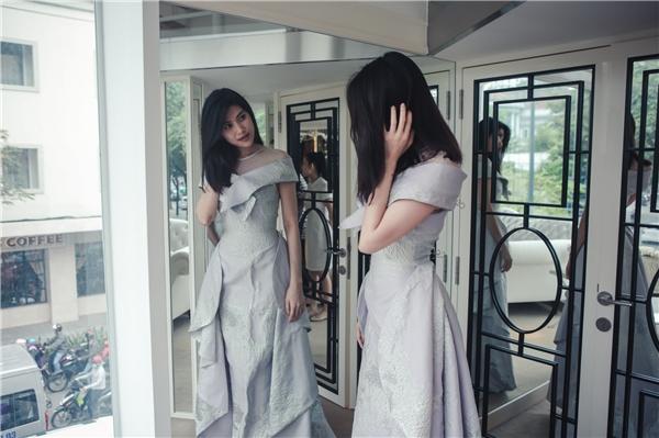 Người đẹp xuất hiện với phong cách trẻ trung, năng động trong một thiết kế phong cách quyến rũ. Cô nhanh chóng thử những thiết kế lộng lẫy để chọn cho mình trang phục phù hợp nhất.
