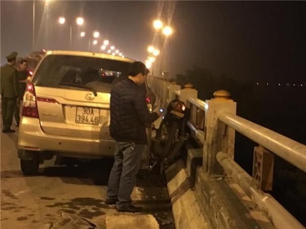 Vụ tai nạn giao thông xảy ra tại khu vực cầu Thanh Trì vào tối qua đã khiến một nam sinh viên tử vong tại chỗ sau khi văng từ trên cầu xuống mặt đất. Nguyên nhân ban đầu được xác định là do chiếc ô tô 7 chỗ mang BKS 30A-394.46 đang đi trên cầu Thành Trì và bị mất lái, lao sang đường và húc bay dải phân cách cứng, đâm thẳng vào một xe máy gây tai nạn giao thông nghiệm trọng vào khoảng 20h30 tối ngày 04/11. Nạn nhân là Trần Tuấn A, 21 tuổi, quê ở xã Liên Minh, huyện Đức Thọ, Hà Tĩnh, hiện đang là sinh viên năm cuối Học viện Nông nghiệp Hà Nội, khi đang điều khiển xe máy có BKS 17FA-9xxx đi trên cầu Thanh Trì theo hướng về Long Biên, thì bị xe chiếc ô tô 7 chỗ đâm trực diện. Theo một số người dân cho biết, chiếc xe máy bị kéo lê một đoạn trên cầu, còn nạn nhân bị văng ra khỏi cầu, rơi xuống đất và tử vong sau đó. Tại hiện trường, đầu xe ô tô bị hư hỏng nặng, bung túi khí. Chiếc xe máy bị ép sát vào thành cầu, đuôi xe dựng đứng lên trời sau khi va đập mạnh. Khu vực nam thanh niên rơi cách thanh cầu hơn 20m. Ngay sau khi xảy ra vụ tai nạn, lực lượng công an phường và công an quận Hoàng Mai đã nhanh chóng có mặt tại hiện trường để điều tra và làm rõ nguyên nhân.