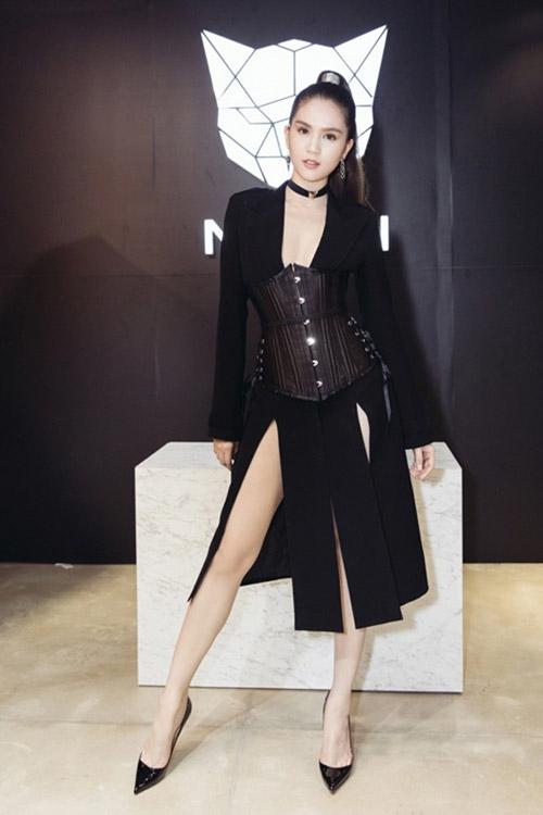 Đến chúc mừng Chung Thanh Phong ra mắt cửa hàng thời trang dành cho nam giới, Ngọc Trinh gây chú ý khi khoe vòng eo thon thả 56 cm với chiếc váy xẻ kết hợp corset. Cũng chính từ đây món trang phục này dần xuất hiện nhiều hơn trong những tháng cuối năm của mùa mốt 2016.