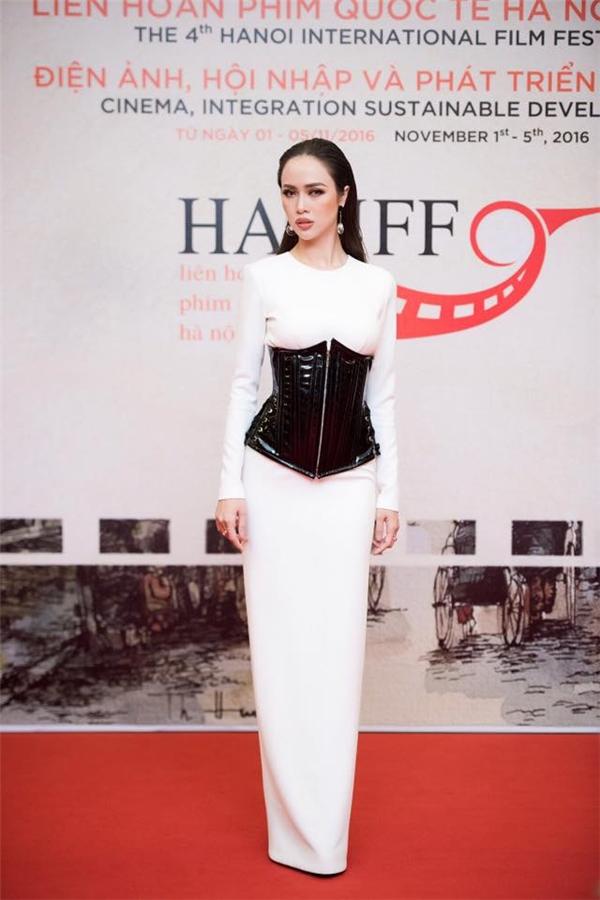 Tuy nhiên, trong sự kiện gần đây nhất, việc chọn diện corset của Vũ Ngọc Anh lại không được đánh giá cao bởi chúng trông vô cùng lạc quẻ với bộ váy dài màu trắng thanh lịch.