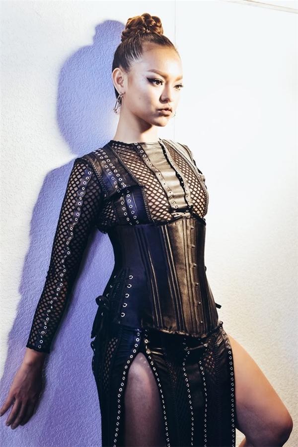 Trên sàn diễn, dù không có vòng eo thon gọn hay thân người mảnh mai nhưng chiếc corset đi kèm đã giúp Mai Ngô trông thanh thoát hơn ở số đo vòng 2.